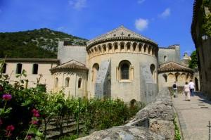 Saint-Guilhem-le-DÇsert chevet abbaye de Gellone _ OTI Saint-Guilhem-le-DÇsert VallÇe HÇrault